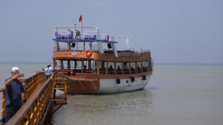 Launches the first touristic ship in Durrës